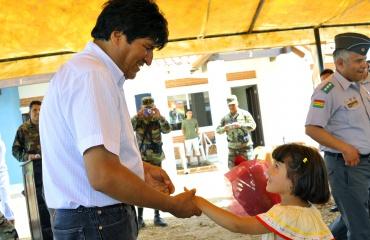 Saludo entre el presidente Morales y una niña