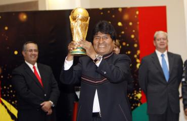 Morales recibe la Copa del Mundo y espera que Bolivia participe en otro mundial de fútbol