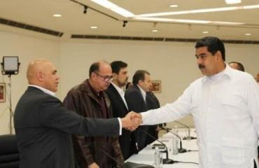 El presidente Nicolás Maduro saluda a Jesús Torrealba, de la MUD. Telesur Venezuela  / Telesur
