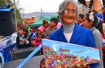 Anciana recibe un trabajo realizado por el Ministerio de Comunicacion